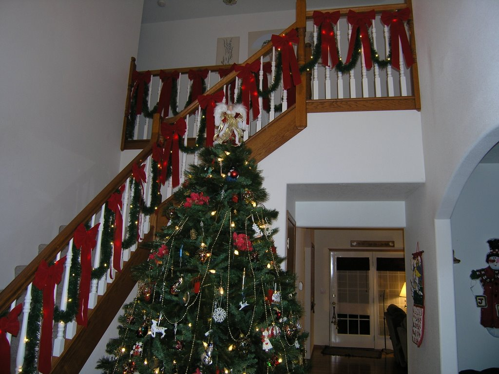 Christmas staircase decorations ideas for this year for Stair railing decorated for christmas