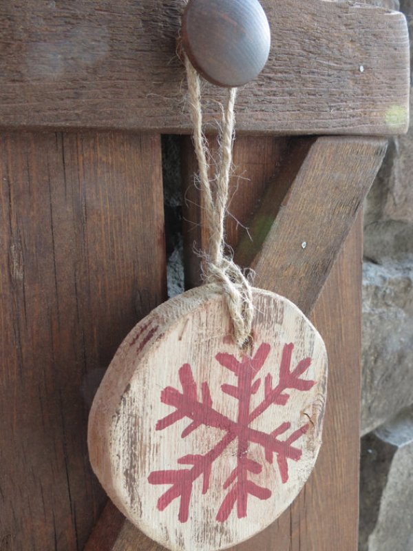 distressed-wooden-christmas-ornaments